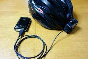 ヘルメットに取り付けたGoProとモバイルバッテリー