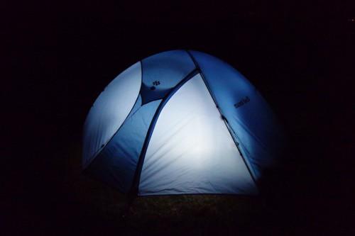 暗闇の中のテント