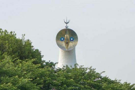 太陽の塔の目が光ってる